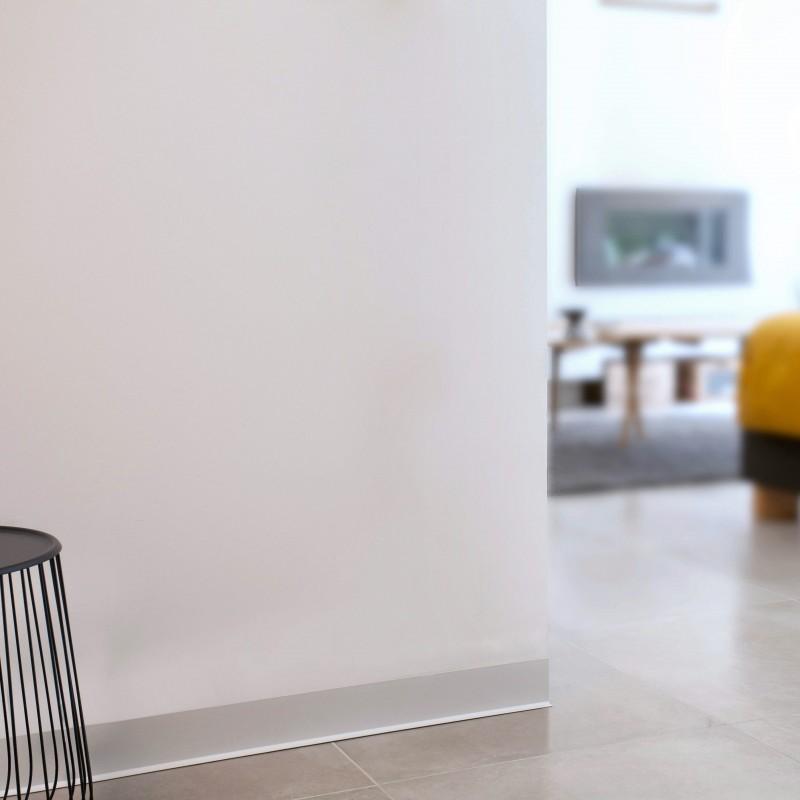 Plus discrètes et esthétiques que les plinthes bois : les plinthes PVC couleur aluminium