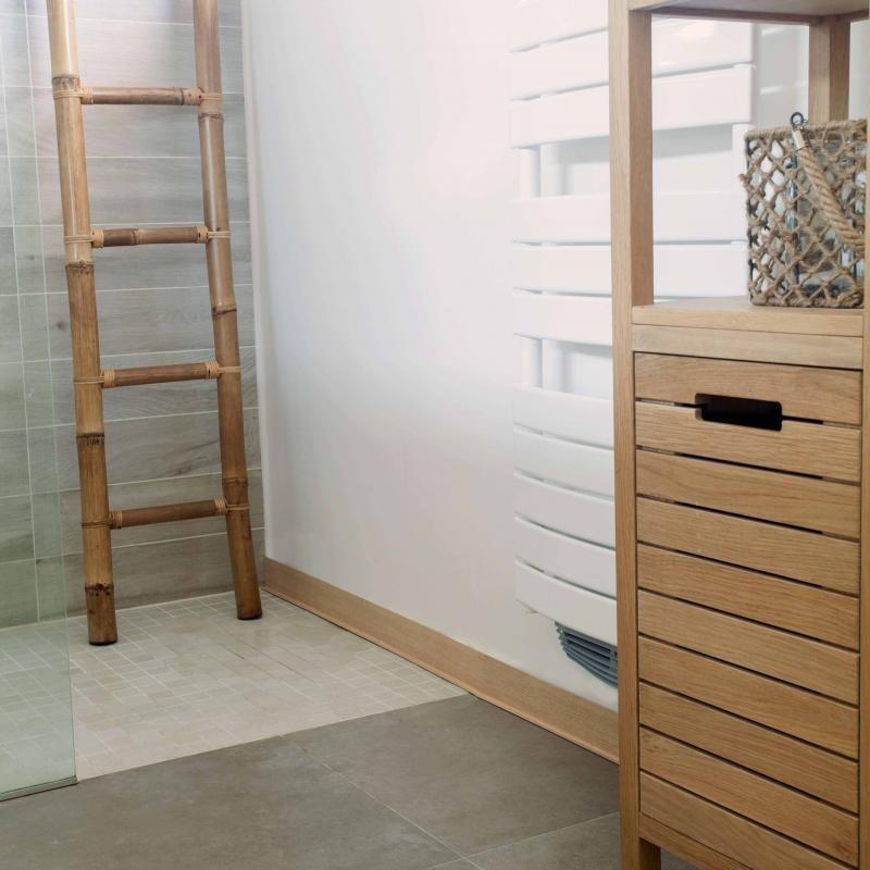Une rénovation salle-de-bain facile grâce à ces plinthes PVC imitation bois.